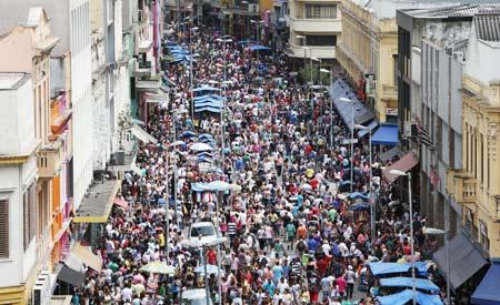 Avenida 25 de Março, um dos pontos mais movimentados da maior cidade brasileira.